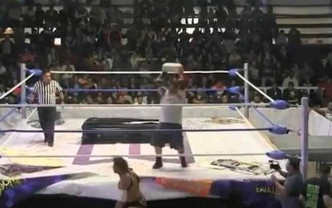 Lutador porto-riquenho é atingido por bloco na cabeça em luta de wrestling, no México