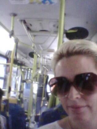 A foto de Suzy Rêgo no ônibus, que a atriz postou em seu Facebook