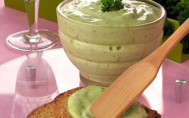 Aprenda a fazer maionese verde e maionese de manjericão