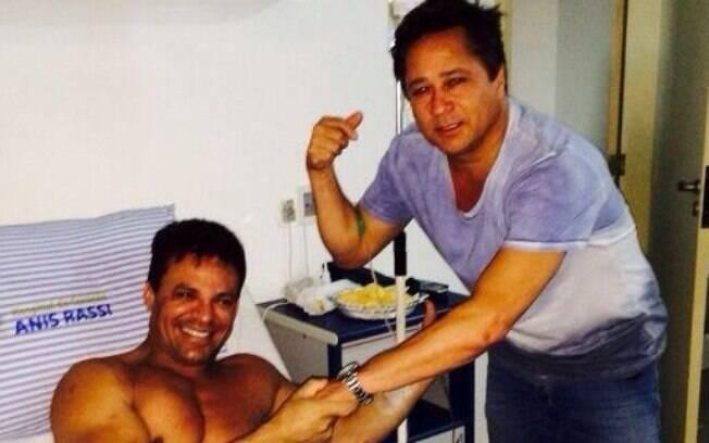 Eduardo Costa recebe a visita de Leonardo em hospital