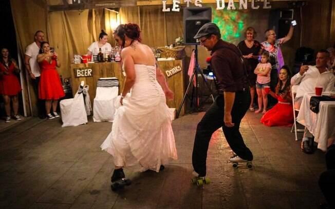 Noiva realiza desejo e faz dança de patins ao lado do pai em seu casamento; veja o vídeo