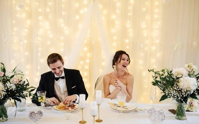 Na hora de escolher o buffet de casamento, é ideal harmonizar as comidas que serão servidas com o estilo da festa