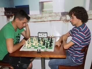 Matheus Resende (à direita) é atualmente o melhor enxadrista de Betim em sua categoria