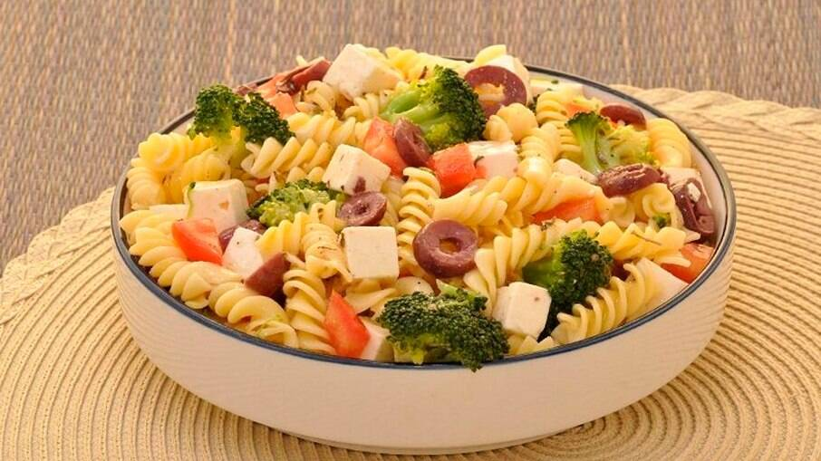 Salada de macarrão com brócolis para começar a semana