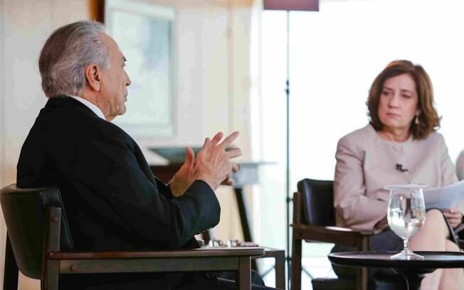 Jornalista Miriam Leitão durante entrevista com o presidente Michel Temer, em outubro do ano passado