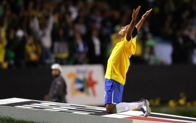 Luis Fabiano comemora gol do Brasil no Morumbi, contra o Uruguai