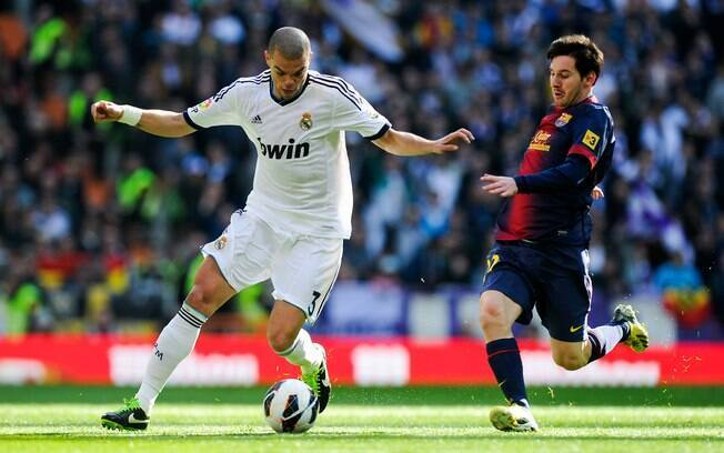 Messi e Pepe em lance do clássico. O  argentino marcou o gol de honra dos visitantes