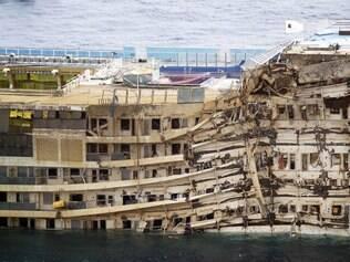 A operação para erguer a embarcação também pressionou e danificou a lateral submersa