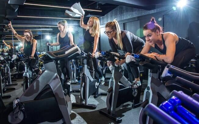Ao realizar uma atividade física em grupo, um amigo pode incentivar o outro a manter a frequência necessária
