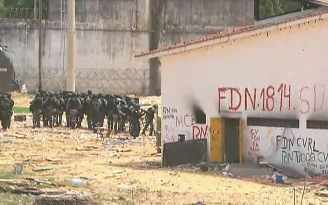 Polícia Militar do Rio Grande do Norte entrou na Penitenciária Estadual de Alcaçuz na manhã deste sábado para erguer muro entre presos