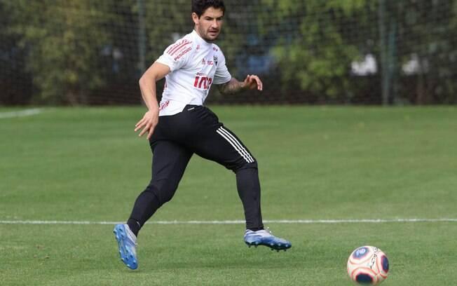 Pato participa de treino no São Paulo