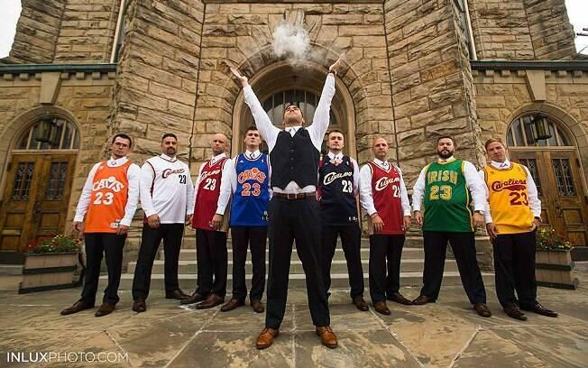 Com os padrinhos, Nick Jones imita o ritual de LeBron James em igreja de Akron, cidade do atleta