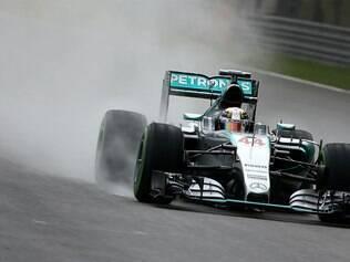 Hamilton garante a pole na Malásia
