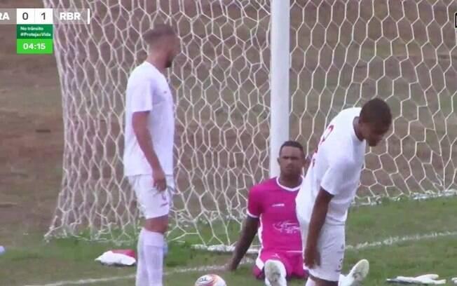 Goleiro Bruno usa rosa