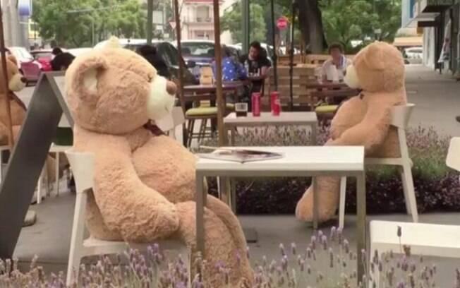 Ursos de pelúcia mantêm clientes distantes em restaurantes