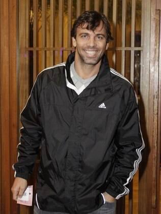 Marcelo Faria chegando na casa noturna onde deu uma garrafada em um dos seguranças