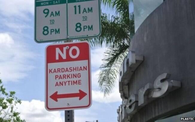 Placas de trânsito proibem estacionamento de carros das Kardashians em Los Angeles