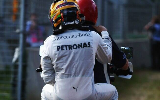 O jeito foi pegar uma carona de volta para os  boxes. Segundo Mercedes, carro de Hamilton teve  problemas no assoalho