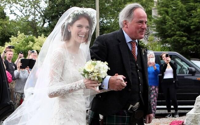 Rosie Leslie chega para seu casamento com Kit Harrington