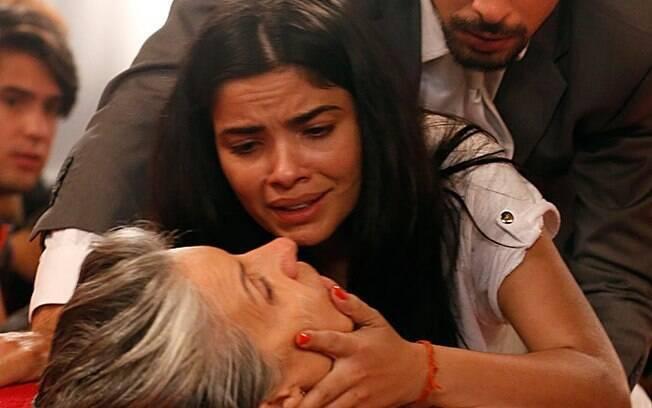 Tóia socorre a mãe e chora de desespero