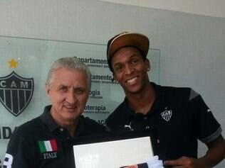 Jô recebeu uma placa e a camisa com o número 100 das mãos do diretor de futebol do Atlético, Eduardo Maluf