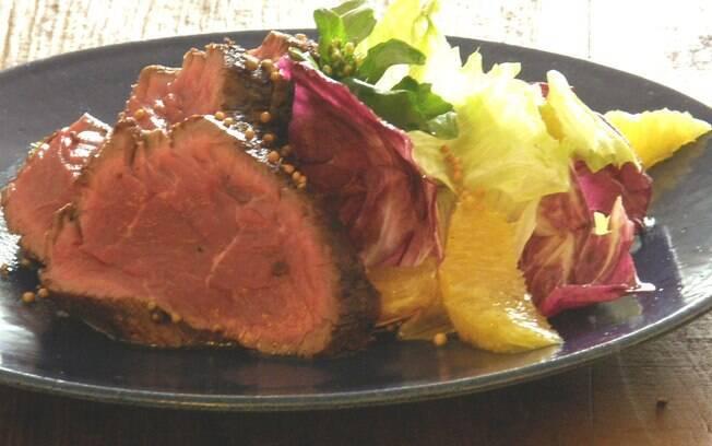 Foto da receita Rosbife de filé com salada pronta.