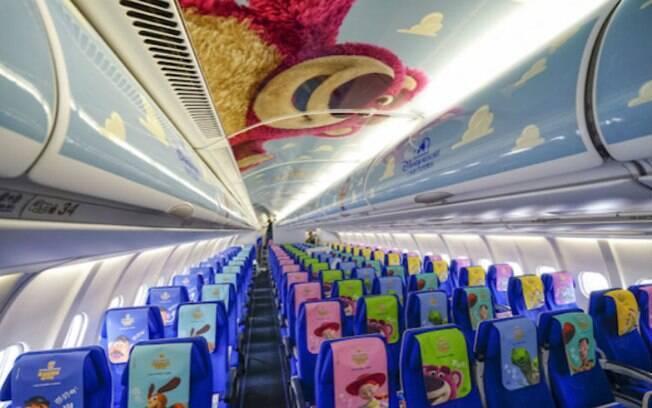 O interior da aeronave é todo revestido com referências da animação; o embarque também é personalizado