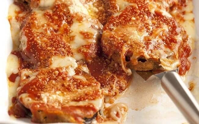 A receita de berinjela à parmegiana é gostosa e fácil de fazer