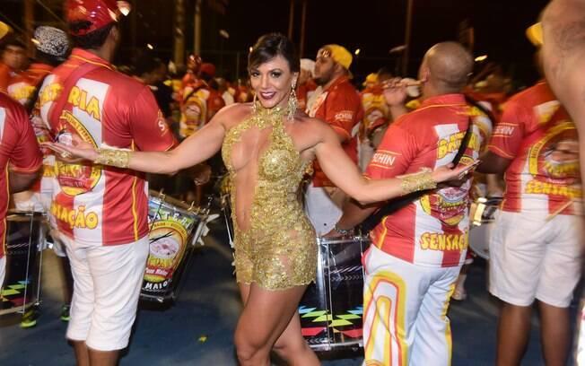 Ex-BBB Fabiana escolheu um decote vertiginoso para o ensaio da Tom Maior, em São Paulo