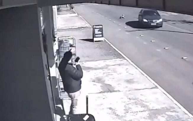 Nas imagens, é possível ver o momento em que a criança é arremessada do carro