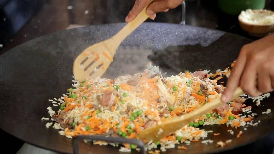O arroz carreteiro é uma delícia e perfeito com as carnes do churrasco