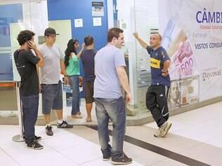 Reais. Turistas enfrentam filas nas casas de câmbio em Belo Horizonte, mas, satisfeitos com o atendimento, não reclamam do tempo