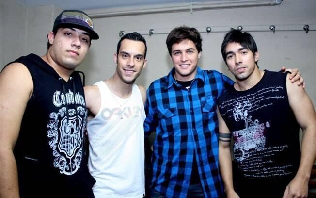 Felipe Dylon posa com seus companheiros de banda