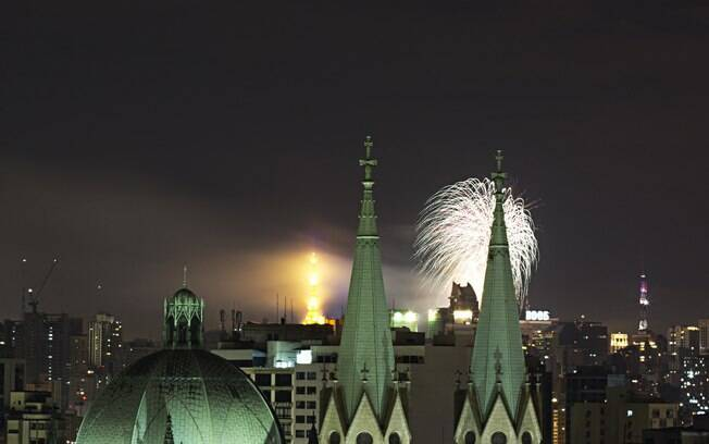 Queima de fogos vista pela Catedral da Sé, em São Paulo. Foto: Adailton Damasceno/Futura Press