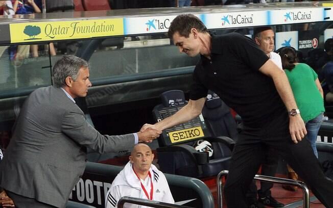 José Mourinho e Tito Villanova se  cumprimentam após entrevero no ano passado