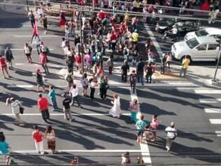 Ocupantes da Urbel deixam o prédio e protestam na Contorno