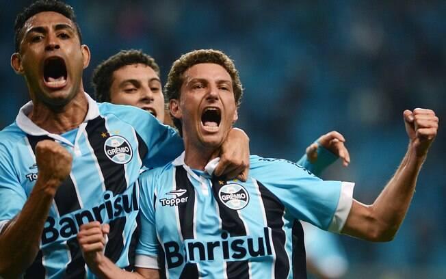 Elano comemora gol do triunfo gremista diante  do Vitória pelo Brasileirão