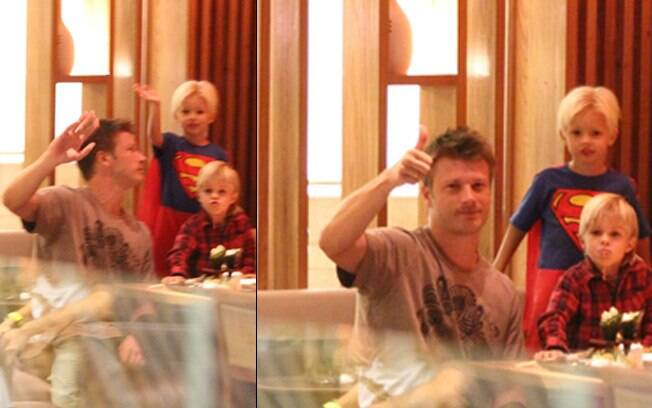 Rodrigo Hilbert janta com os filhos em shopping nesse domingo (29), no Rio
