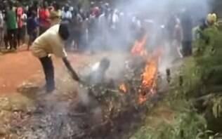 Mulher acusada de bruxaria é mutilada até a morte em vila daPapua-Nova Guiné