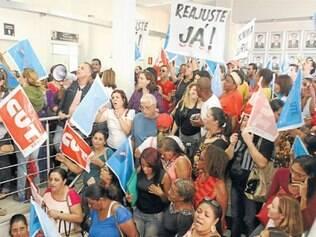 Educadores lotaram a Câmara para manifestar contra reajuste parcelado proposto pela gestão
