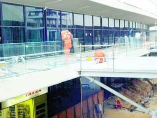Em obras. Trabalhadores correm para terminar a expansão do saguão de Confins, mas, até o fim maio, apenas 55% da ampliação do Terminal 1 estarão concluídas