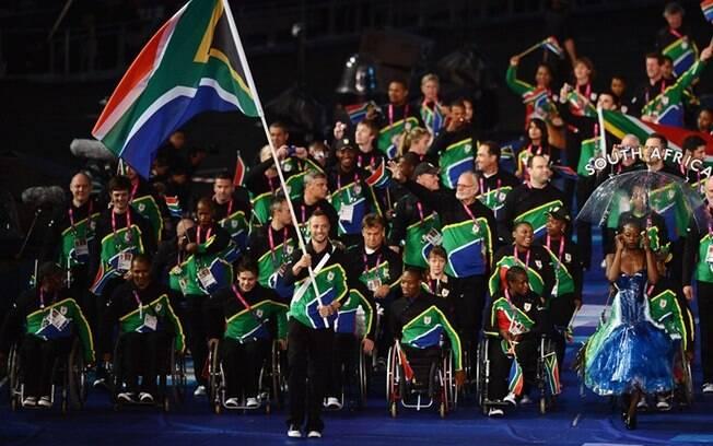 Oscar Pistorius carrega a bandeira da África  do Sul na cerimônia de abertura das Paralimpíadas.  Ele também disputou os Jogos Olímpicos, nos 400 m  rasos
