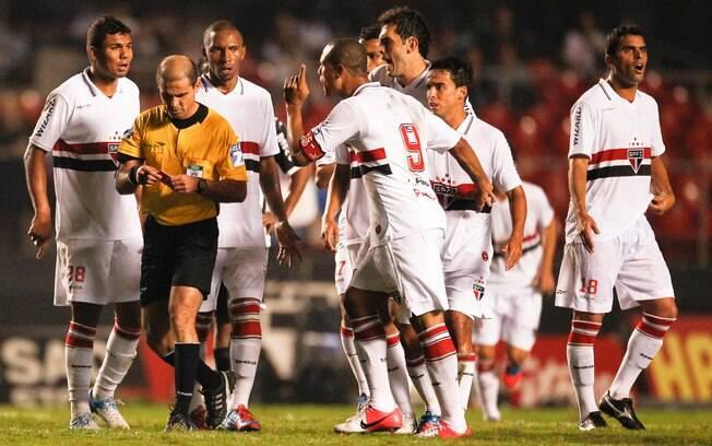 Luis Fabiano ameaça o árbitro da partida