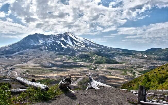 O Monte Santa Helena fica a 160 km de Seattle e a 2.550 metros de altura, um dos vulcões que fica nos Estados Unidos