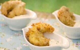 Camarões empanados com molho de hortelã e maionese