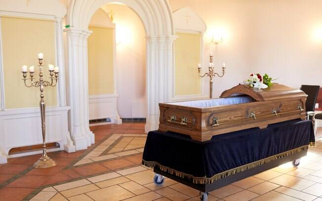 Ideia um tanto quanto inusitada da noiva foi uma maneira de aliar homenagens à tia e economizar no funeral