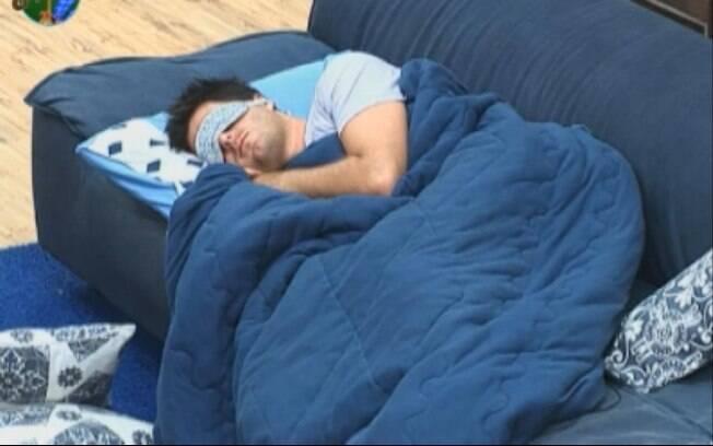 Thiago Gagliasso dorme no sofá da sala