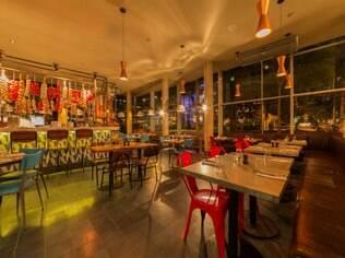 O interior do restaurante Jamie's Italian, no Itaim Bibi, em São Paulo