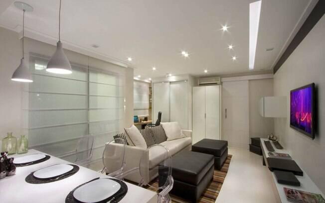 Em apenas 45 m², o profissional conseguiu delimitar espaços e criar pequenos ambientes, como home office, home theater, uma cozinha gourmet e uma bancada para refeições