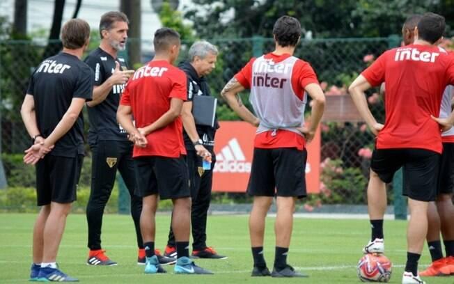Técnico interino até Cuca assumir, Mancini comandou o treino desta quarta-feira (14)